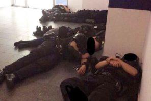 """Polícias exaustos dormem no chão após 48 horas """"non stop"""""""