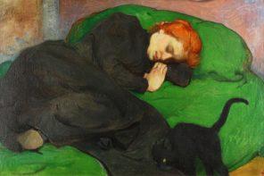 Mulher a dormir com o gato